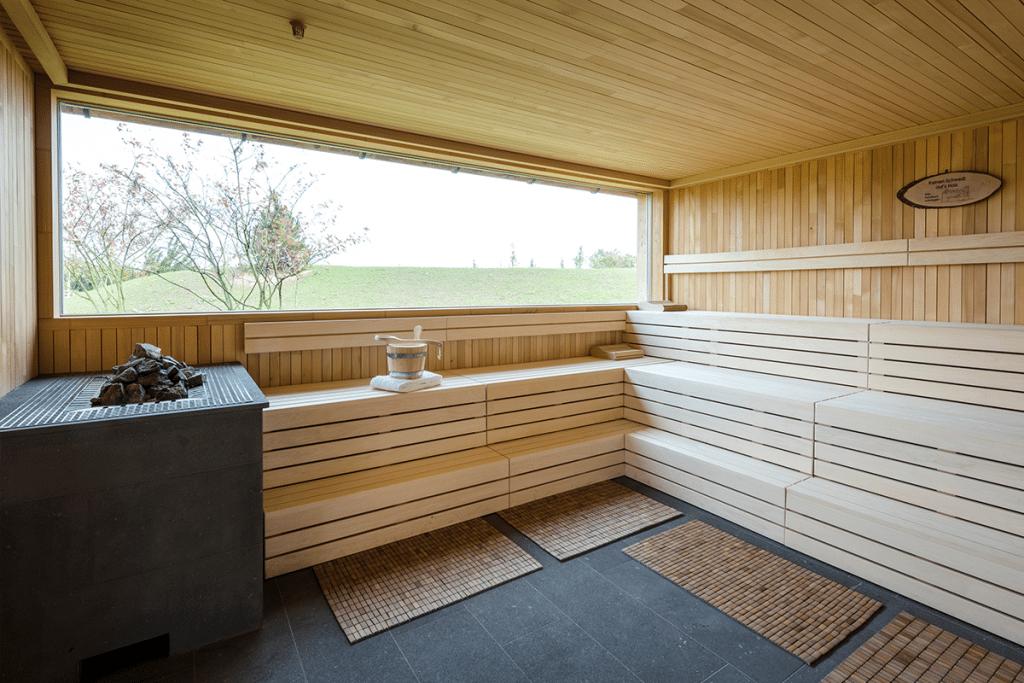 hotel spa seezeitlodge bostalsee saunadorf keltensauna mit aussicht 10.17